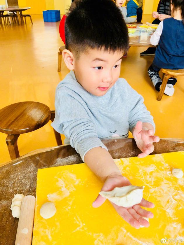 小鱼儿学习包饺子