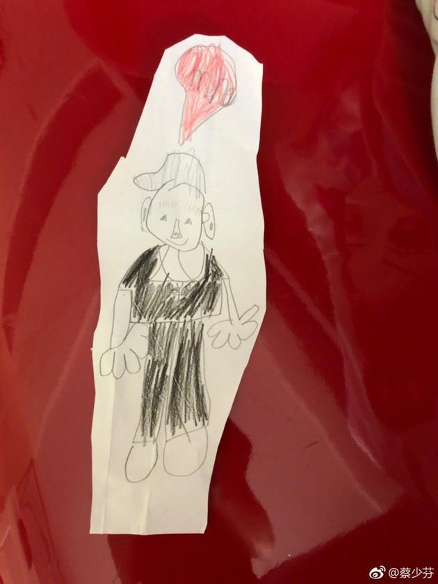 蔡少芬晒女儿画的张晋