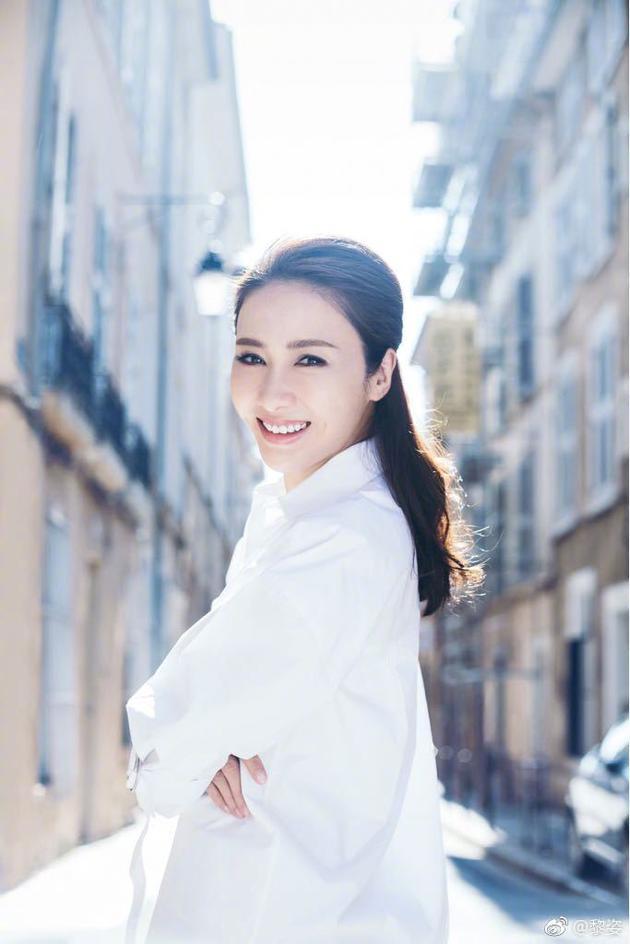 黎姿发布美照祝福网友元宵节快乐,仍极具明星丰采。