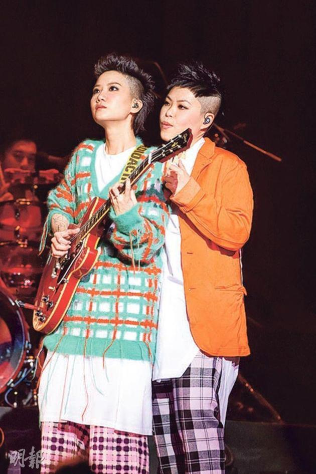 5-01-at17昨晚(12月23日)举行首场伊馆演唱会,Ellen(左)、林二汶(右)分开7年,默契依然。