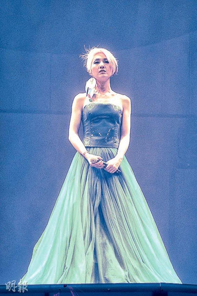 银发杨千嬅穿着蓝色露肩长裙,令人想起《魔雪奇缘》的Elsa公主。