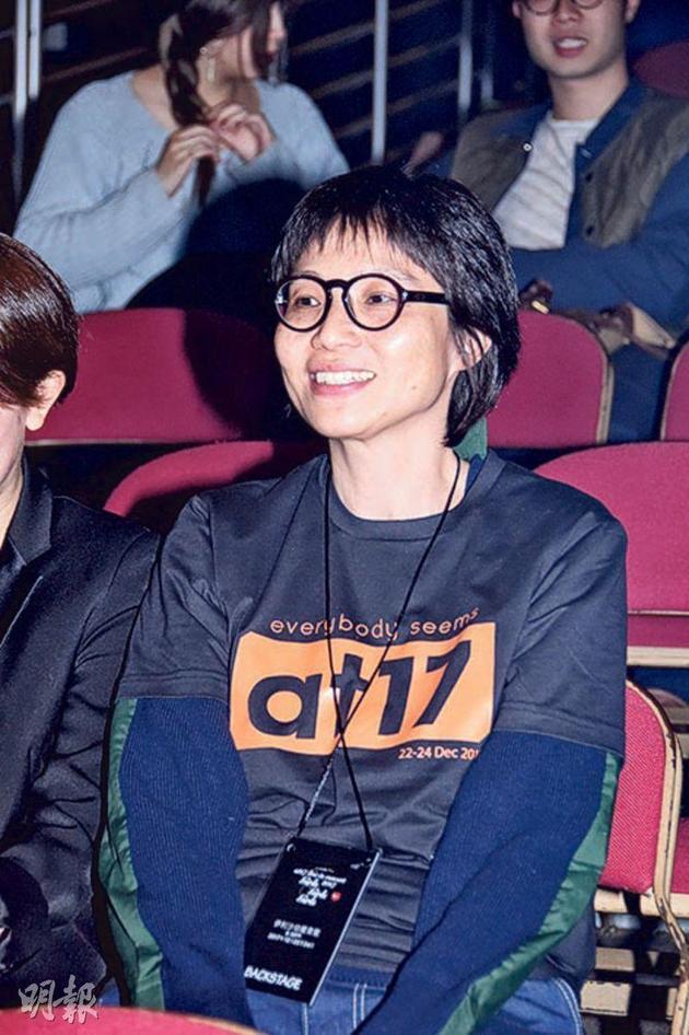 5-02-余静萍在台下默默支持另一半卢凯彤。