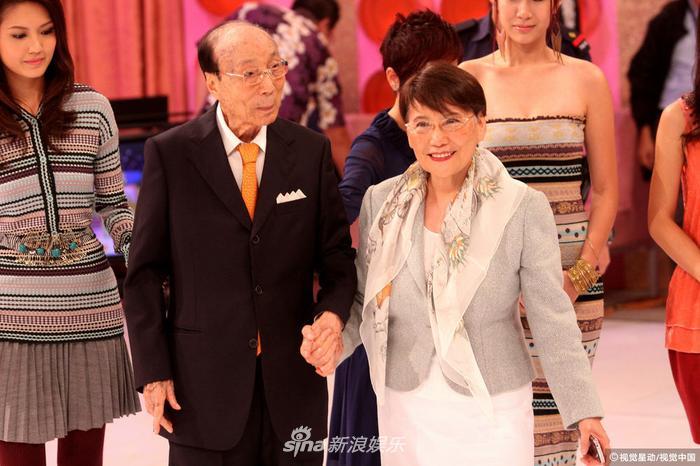 六婶方逸华在TVB立台五十周年时离世,有评价称她的离开,意味着邵氏时代彻底结束。
