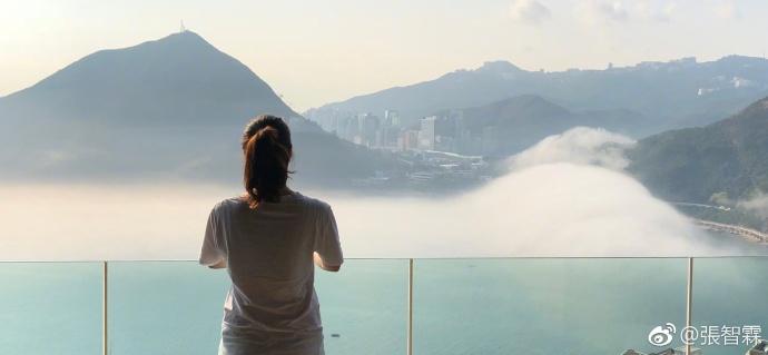 袁咏仪站在阳台