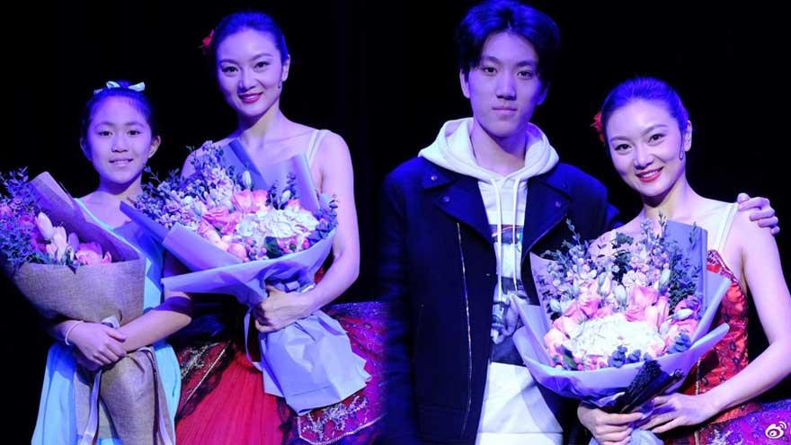 张艺谋妻子和女儿同台献舞 帅气儿子担当摄像师