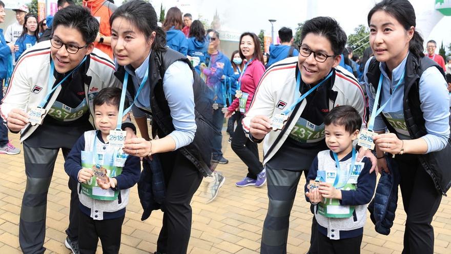 郭晶晶一家三口亮相跑马拉松 儿子乖巧可爱