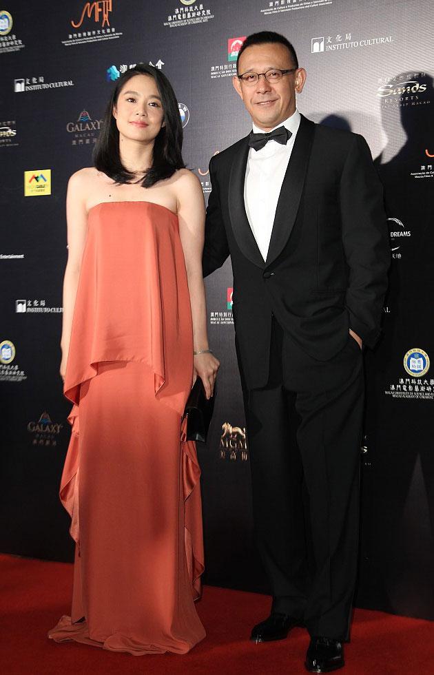 姜文携娇妻周韵恩爱亮相第一届澳门国际电影展开幕仪式