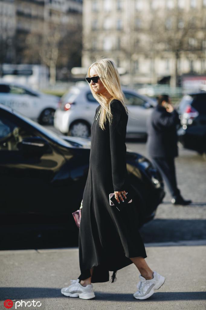 黑色连衣裙