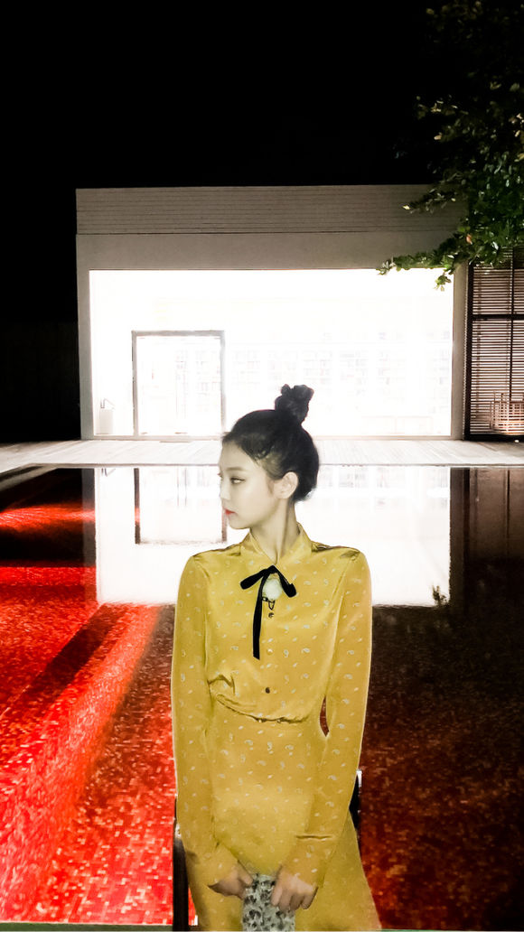 Jennie穿黄色复古连衣裙