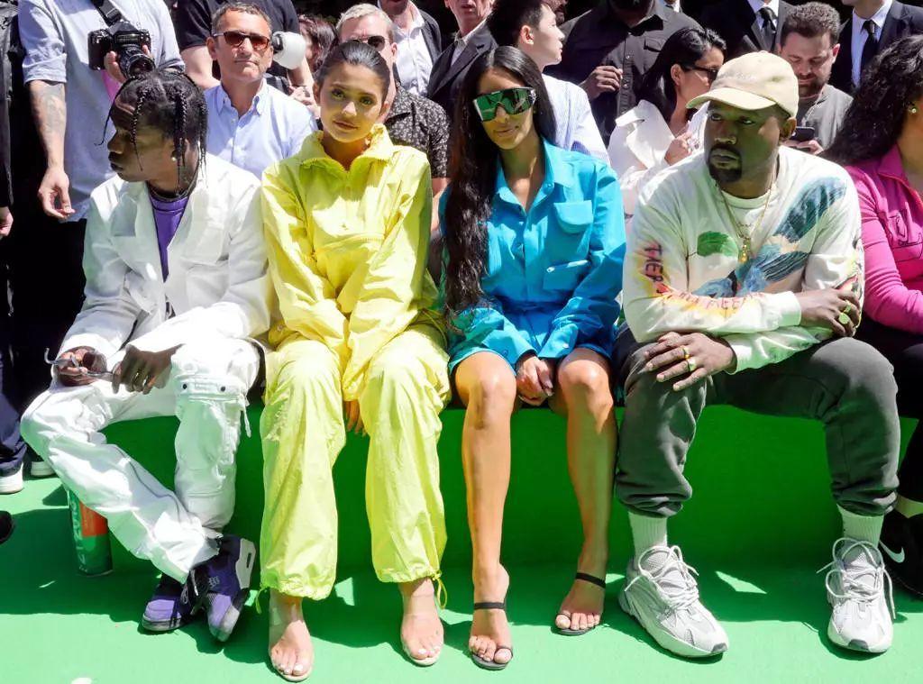 金·卡戴珊与丈夫侃爷、金小小妹与当时男友特拉维斯·斯科特助阵Louis Vuitton男装秀
