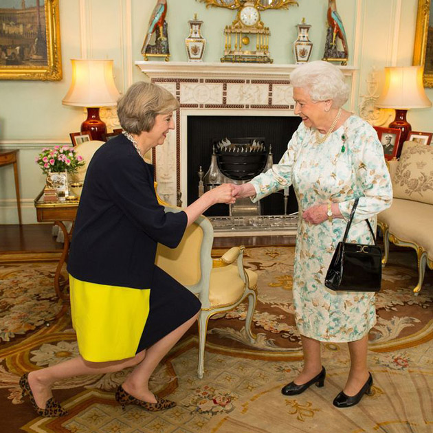 梅姨穿着豹纹见女王