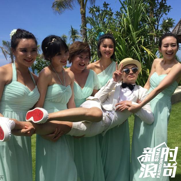 包文婧的伴娘团礼服很清新