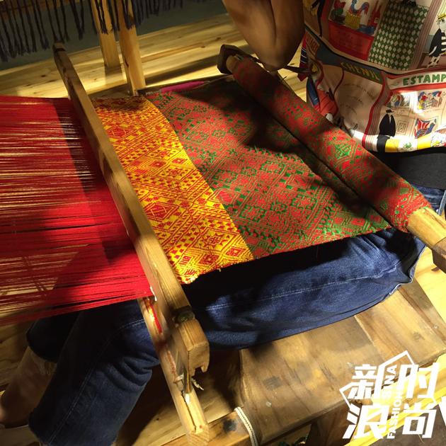 """大长腿的表姐""""委屈地""""坐在织布机里"""