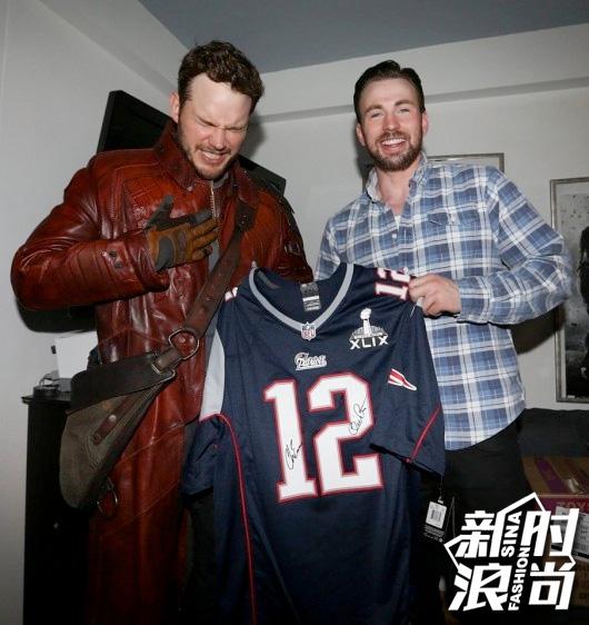 两人手拿着的正是汤姆-布雷迪的12号球衣