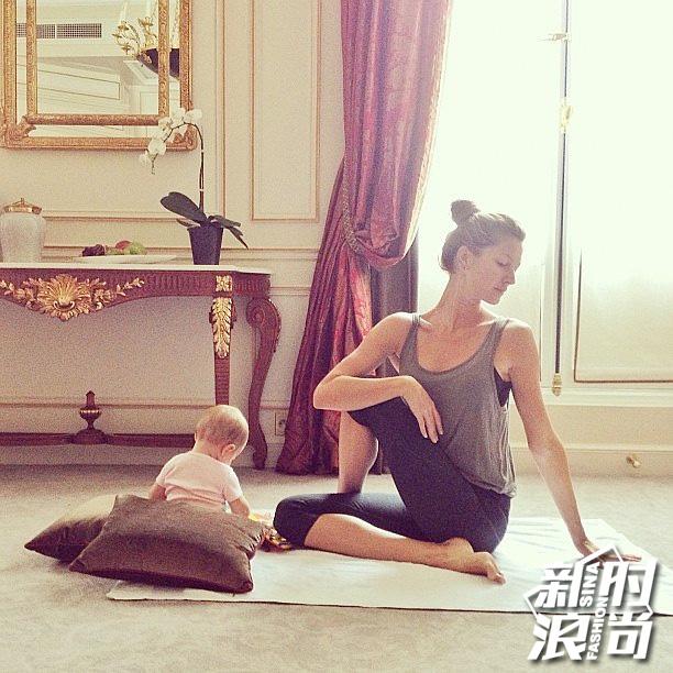 带着女儿一起做瑜伽的吉赛尔