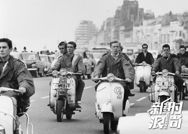 1960年代街头上身穿派克大衣的青年人
