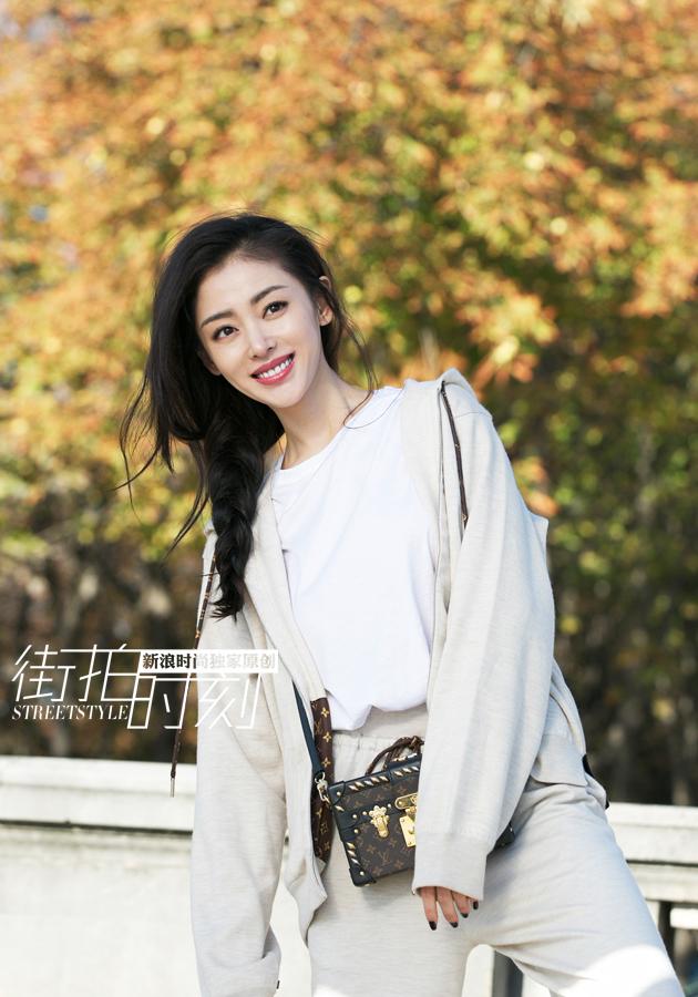 张天爱初秋街拍笑容甜美