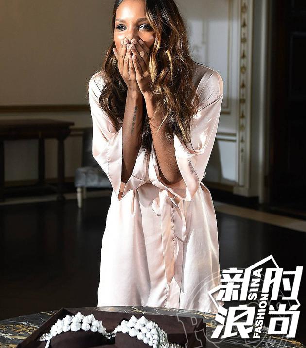 由黑人天使Jasmine-Tookes佩戴。今年的Fantasy-Bra有让你惊艳吗?
