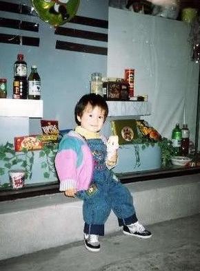 童年的baby穿背带裤