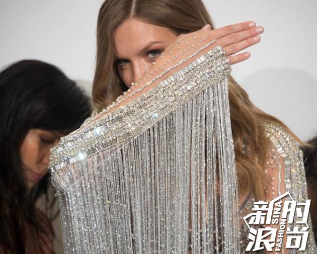 套华丽的秀服拥有450,000颗施华洛世奇水晶