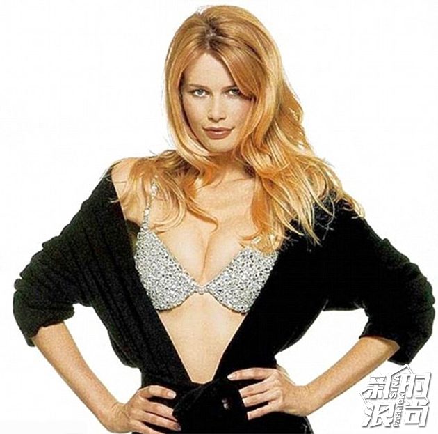 1996年Claudia Schiffer成为第一个穿上Fantasy Bra的超模
