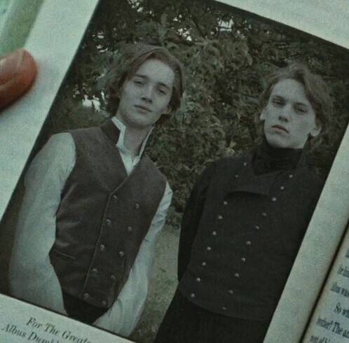 青少年时期的邓布利多(左)与格林德沃