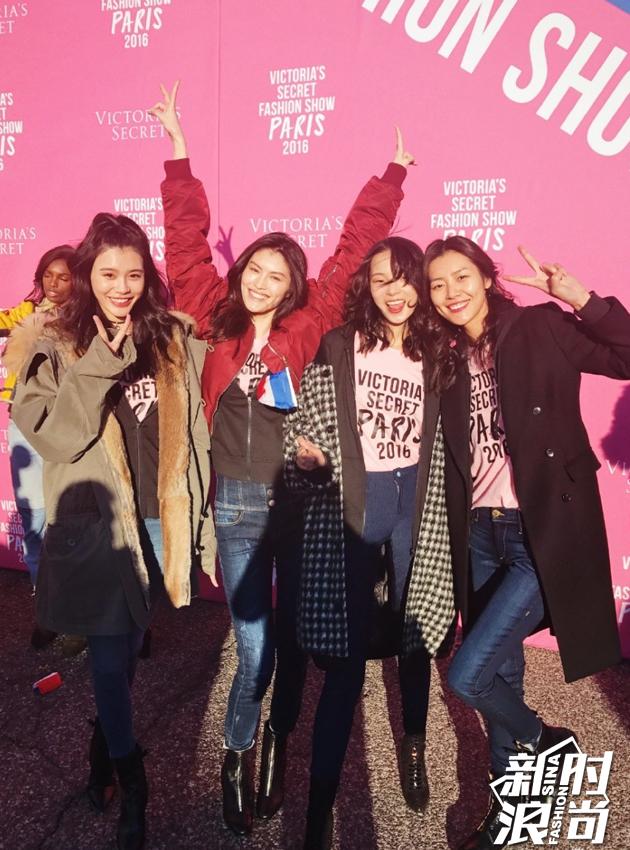 兴奋的四位姑娘