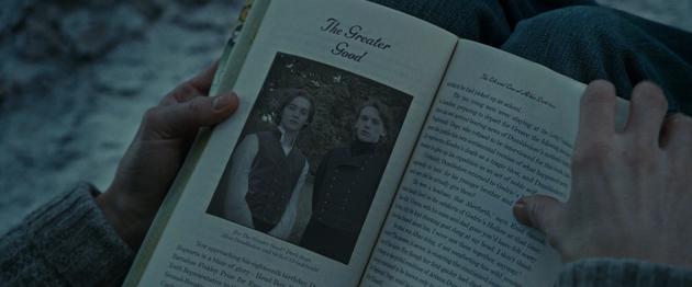 书里有一张邓布利多(左)与格林德沃的合影