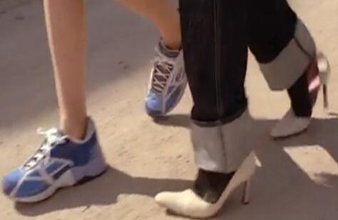 印象最深的关于男人穿恨天高的一幕发生在电影《我的野蛮女友》里