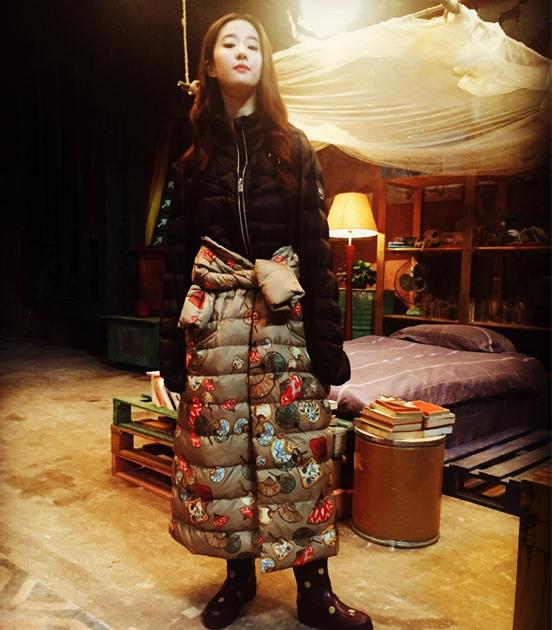 刘亦菲穿羽绒服