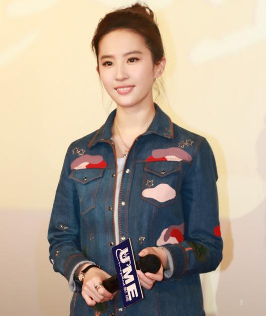 刘亦菲穿印花牛仔衫
