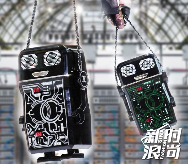 Chanel机器的机器人拎在手里