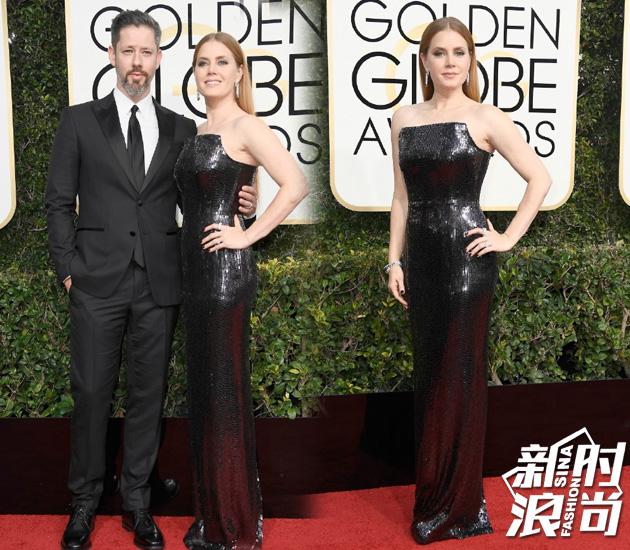 Amy Adams身着Tom Ford定制礼服与丈夫Darren-Le-Gallo和搭档Jeremy-Renner一同走上红毯