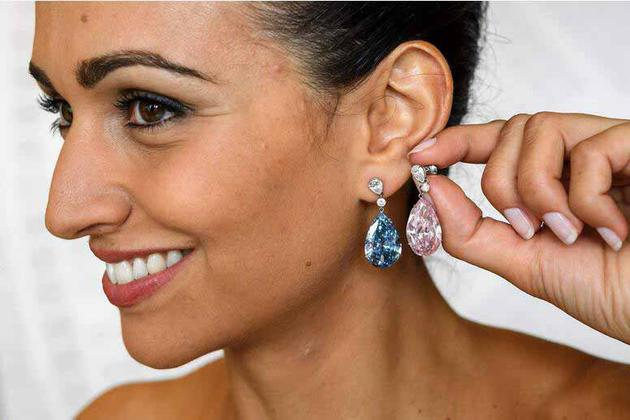 这对耳环是分开出售的,两枚耳坠由同一买家拍得