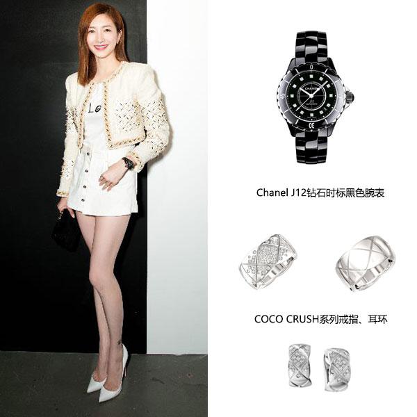 江疏影佩戴COCO CRUSH系列白18K金戒指、耳环,以及J12钻石时标黑色腕表。