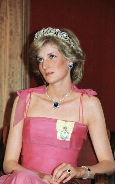 沙特阿拉伯王子赠送的蓝宝石珠宝作为戴安娜的结婚礼物、
