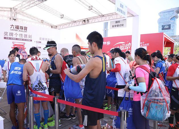 众多选手们齐聚六福珠宝展台加入长长的队伍为心爱的奖牌刻字