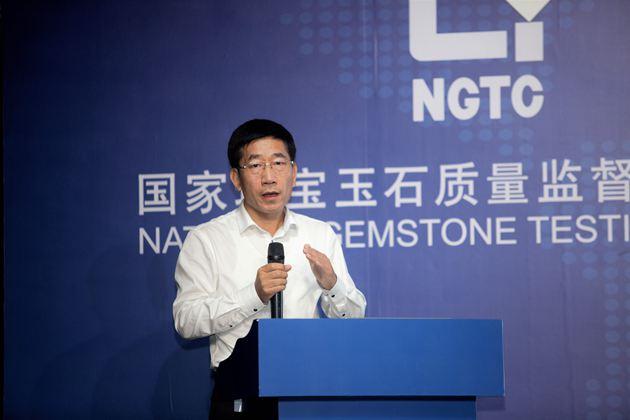 中国珠宝玉石首饰行业协会秘书长史洪岳做《中国珠宝电商未来发展的思考》主题发言