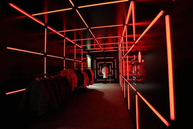 New Balance在朝阳大悦城一楼中庭建起了以推广品牌新款羽绒服为核心的线下快闪展台
