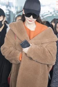 看着戚薇的羊羔毛大衣 我不冷了