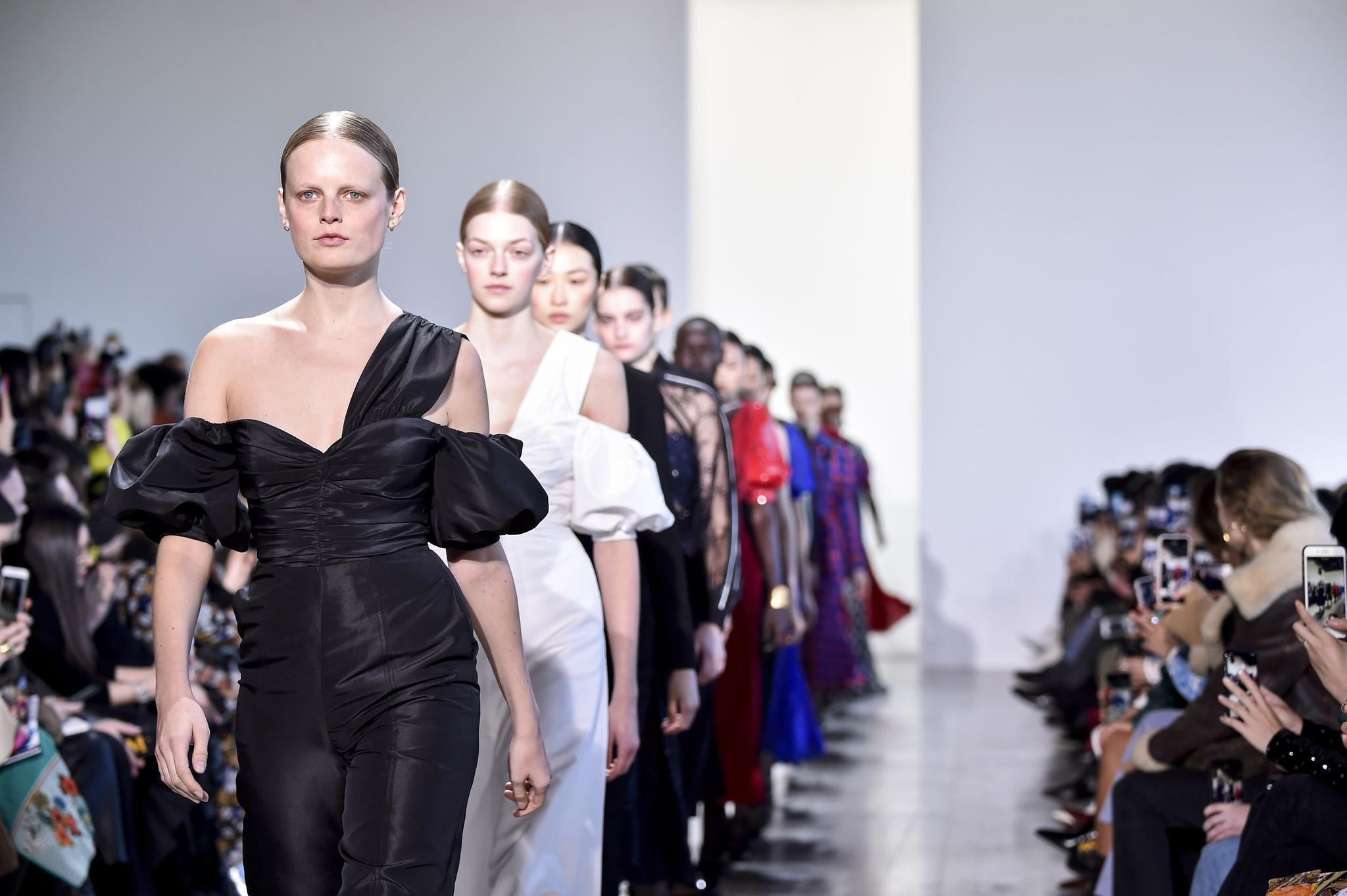 英国采取新隔离举措线下集会控制6人内 伦敦时装周或受影响