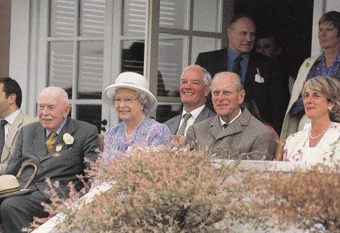 英国女王伊丽莎白二世与菲利浦亲王观看马球比赛