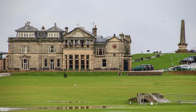 在女王城堡度假穿地道的苏格兰裙