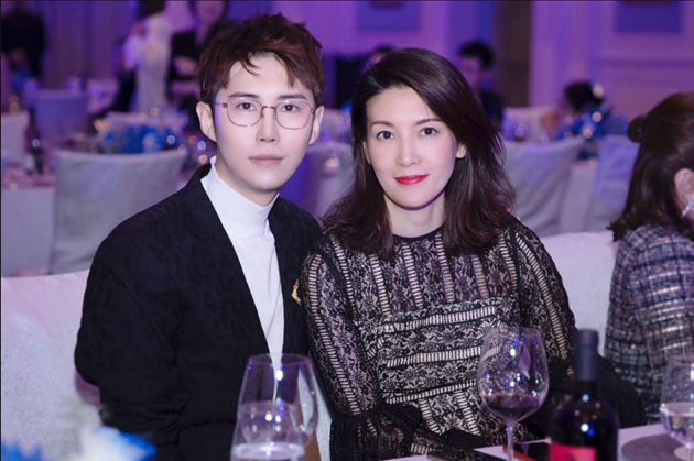 左起:Ciga Long品牌创始人兼珠宝设计师_龙梓嘉、《时尚芭莎》执行出版人兼主编/时尚芭莎品牌总经理_沙小荔