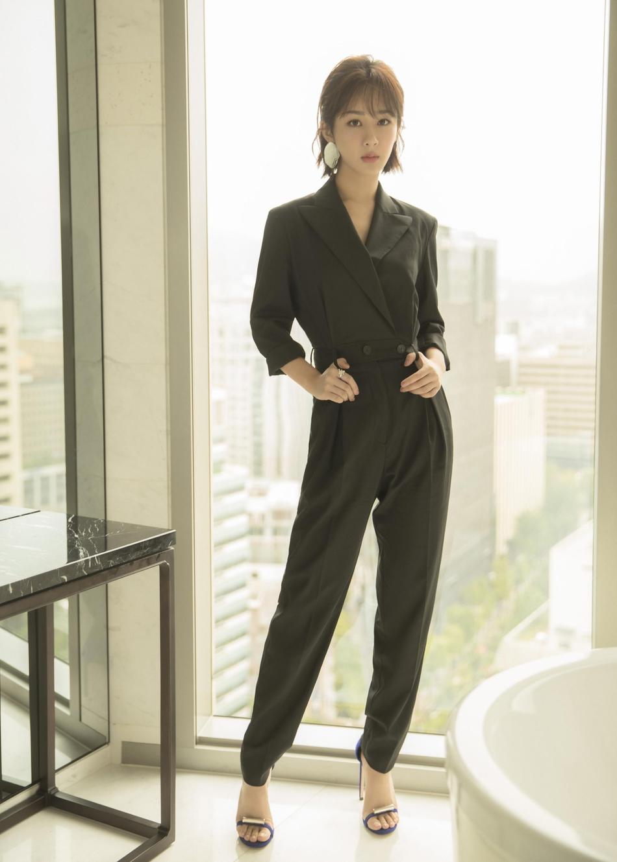 杨紫黑色连体裤帅气满分 自信灵动气质扑面而来