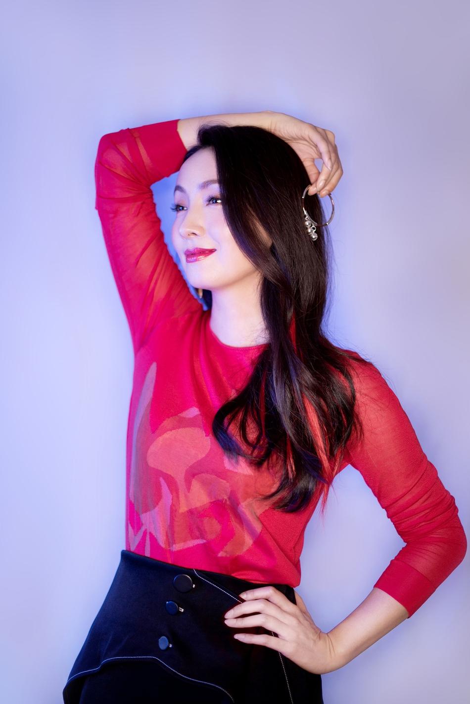 陶虹红黑造型显干练 笑容温暖气质佳