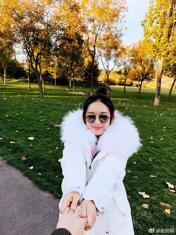 赵丽颖晒老公视角照片超甜蜜丸子头粉色唇妆减龄又可爱