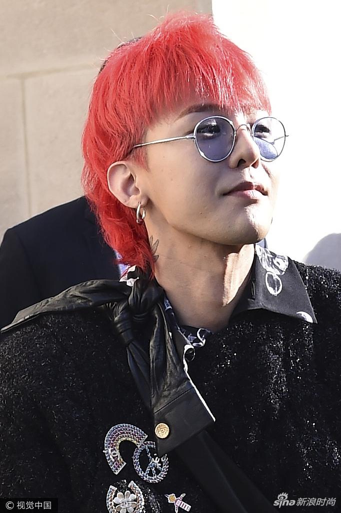香奈儿形象大使权志龙亮相秀场,一头另类红发的权志龙在秀场外图片