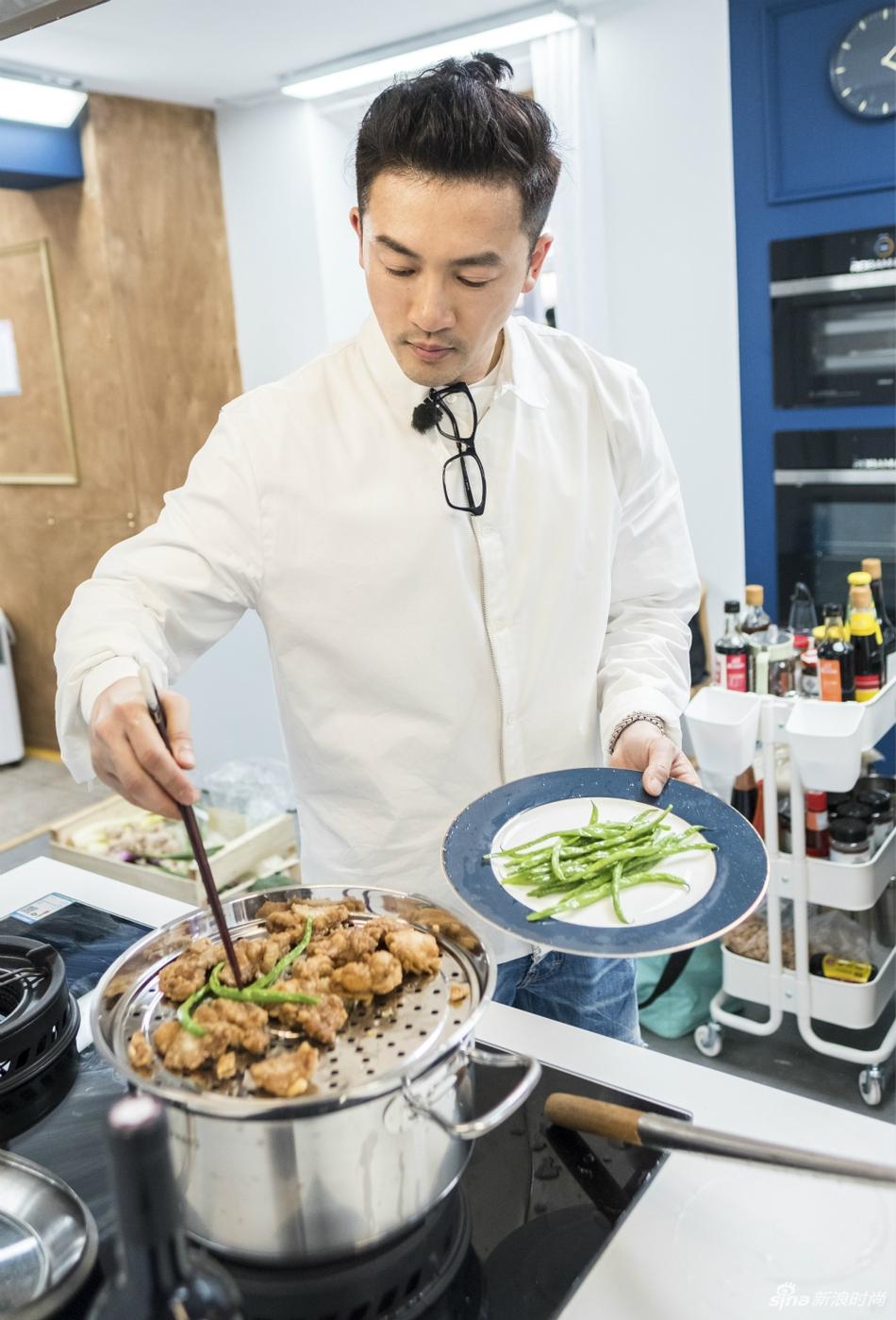 《中餐厅》将开播 苏有朋白色衬衫牛仔裤很有大厨范儿