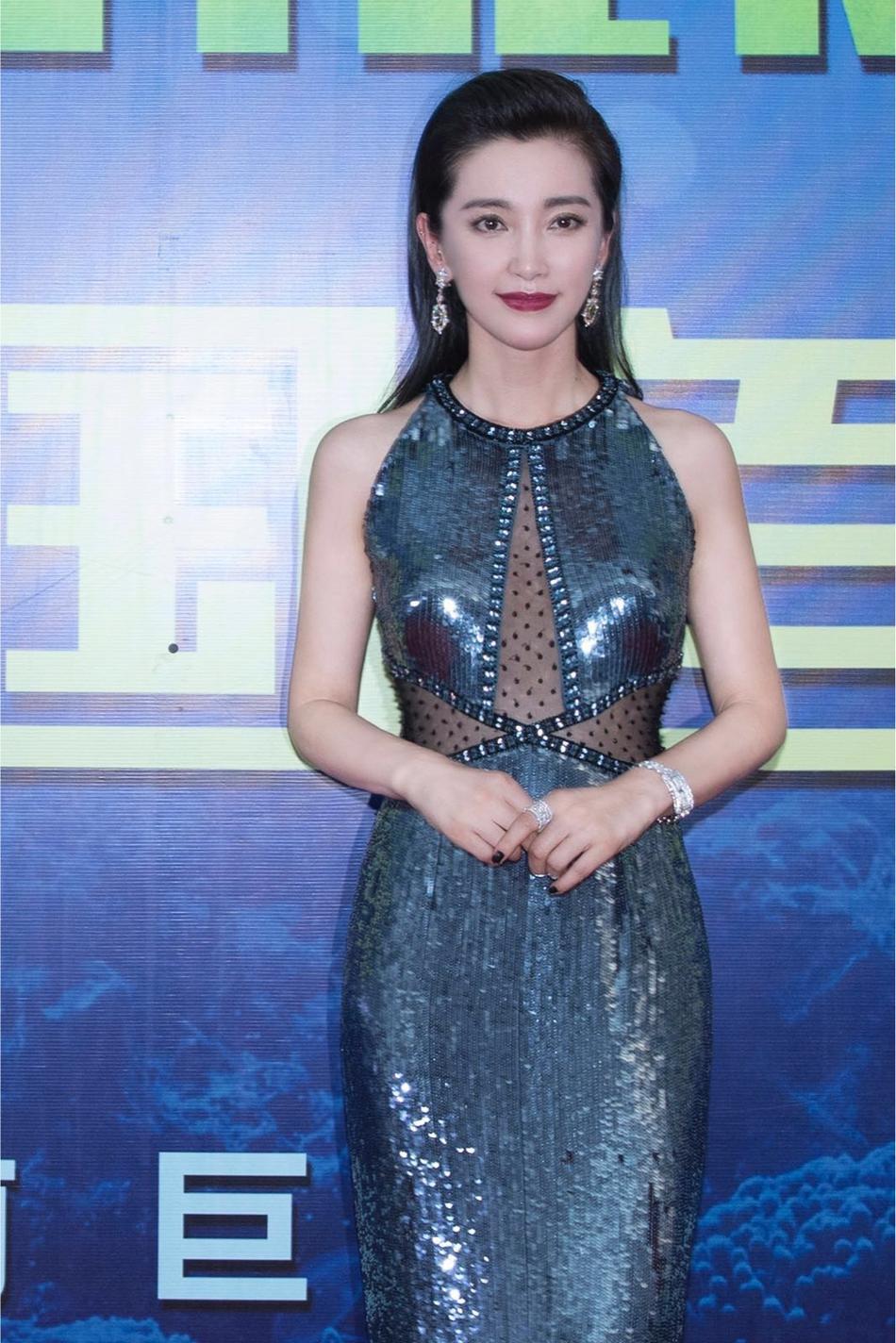 李冰冰现身《巨齿鲨》首映 亮片长裙成为焦点